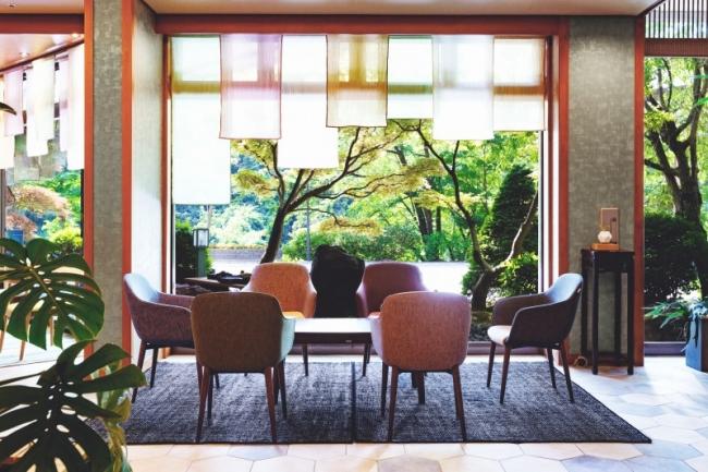 タイルのホテルロビーではラグは消音効果を発揮します