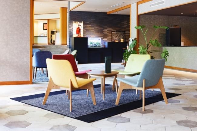 リニューアルしたしたホテル小柳のラウンジ。周辺の華やかな色を活かすため、ラグは落ち着いた印象で。
