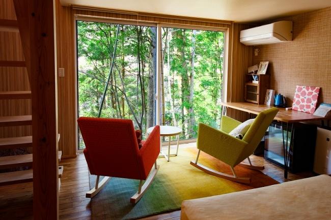 温泉グランピング シマブルーの客室。ラグ一枚で印象が大きく変わる