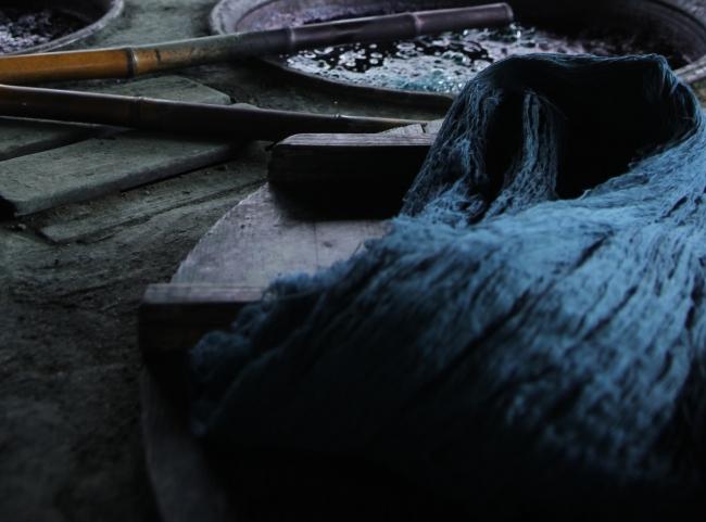 101年の歴史をもつ池田絣工房の藍染め場