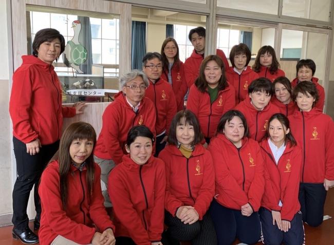 赤いユニフォームでイメージを統一した包括支援センターの職員。