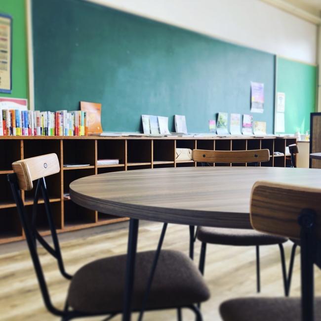 廃校をリノベーションした、落ち着きのあるカフェ風の空間デザイン。