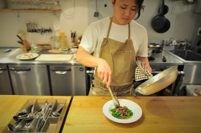 野菜炒めを料理する女性