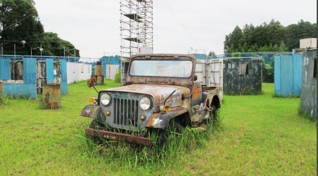 フィールドには朽ち果てた車など絵になるモノがいっぱい