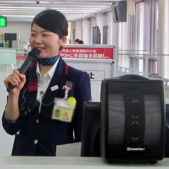 長崎空港のJALカウンターで活用される「ミライスピーカー・モビィ」