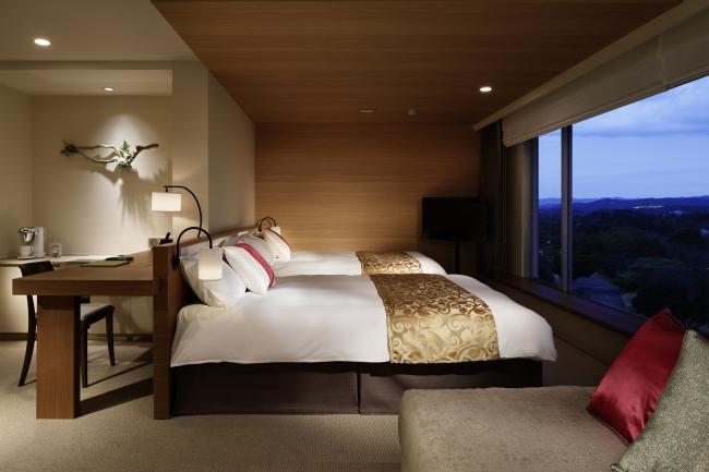 大きな窓からはNEMU の森の緑が一望できる「客室」
