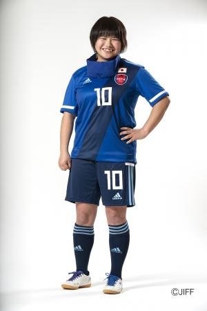 新ユニフォームを着用するブラインドサッカー女子日本代表の菊島宙選手