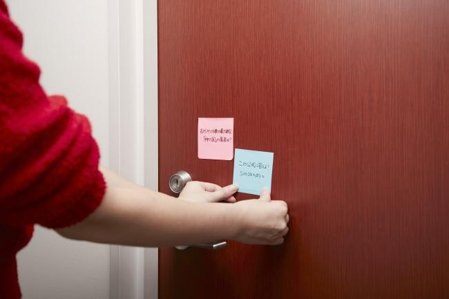 2.家のドアに貼る。