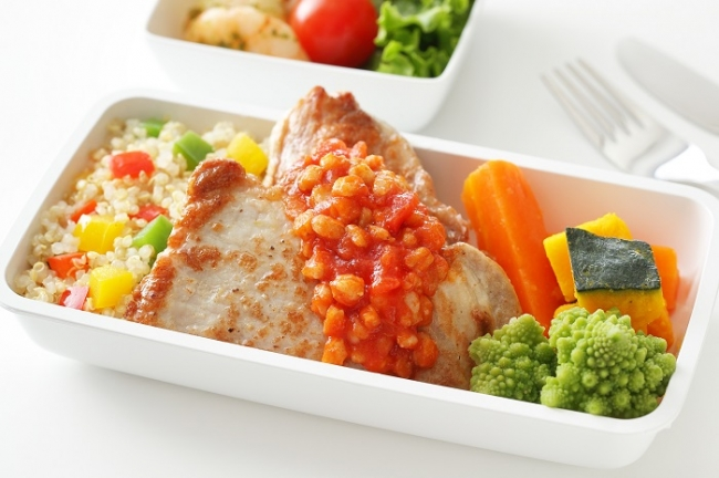 新メニュー 「ポークのソテー スペルト小麦とトマトソースに野菜各種」(成田 - ロサンゼルス)