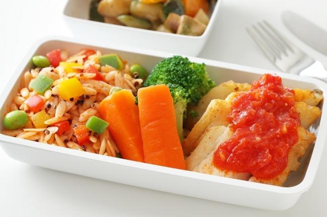 新メニュー 「白身魚のトマトソース ブラックキヌア入りリゾーニパスタのトマトバジル風味」(羽田、成田、名古屋 - シンガポール)