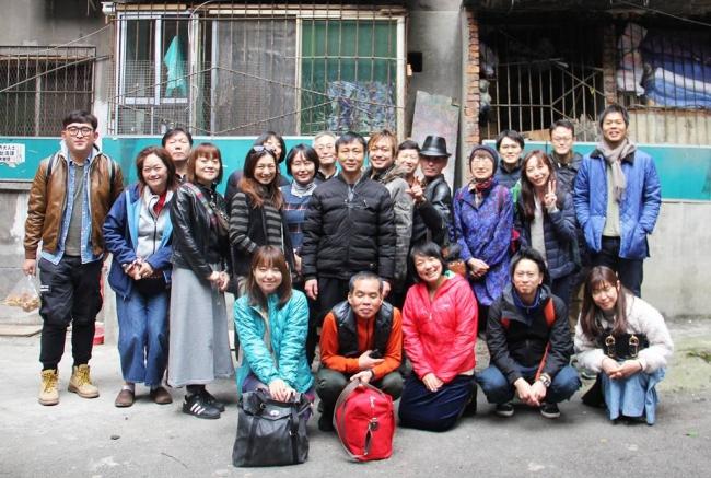 第4弾ツアー参加者たち、成都市の老舗ワンタン屋にて
