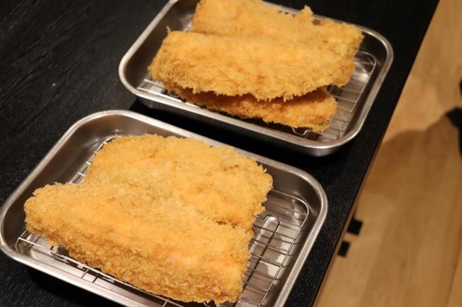 淡白な味わいが美味しいマスをフライにし高校生が開発したオリジナルソースと合わせる