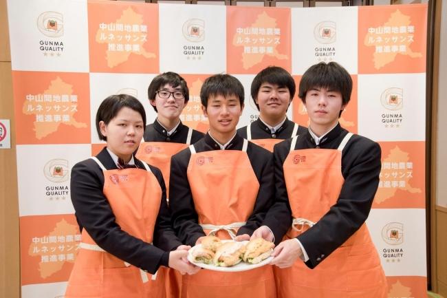 群馬県立万場高等学校水産科のプロジェクトチームメンバー5名
