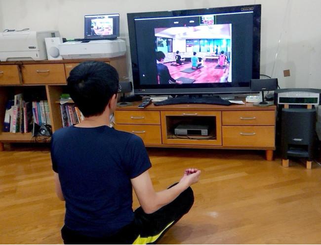 自宅TVで息子の働く様子を参観中。インストラクターTakashiの父・吉田さん