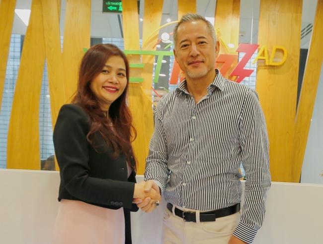 ADKホールディングス 片木康行(右)と、ベトバズアド社Nguyen Huu Hanh(左)
