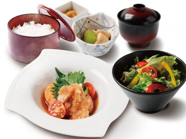 高タンパクでふわふわの豆腐を使用し、大人からお子様まで定番人気のヘルシーメニュー「アスリート飯:豆腐ハンバーグ定食」