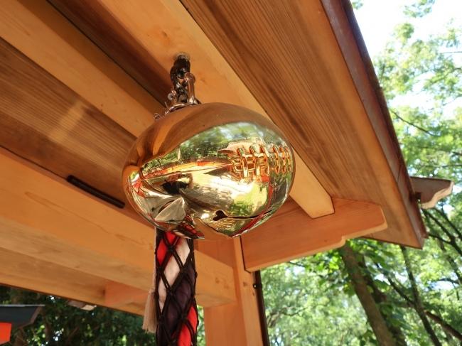 【楕円鈴】※「雑太社」に設置している鈴と同じラグビーボール型の鈴を使用します。