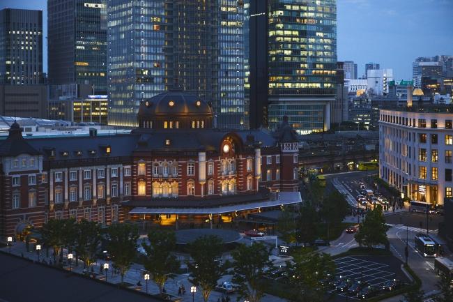 テラスからの東京駅丸の内駅舎の眺め