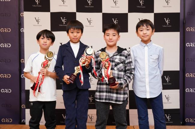 スクールイノベーション部門の受賞者。左から大賞の茂木 七斗さん(小3)、 優秀賞の林 直生さん(小5)、特別賞の岡本 大輝さん(小5)、奮闘賞の竹内 伸さん(小5)