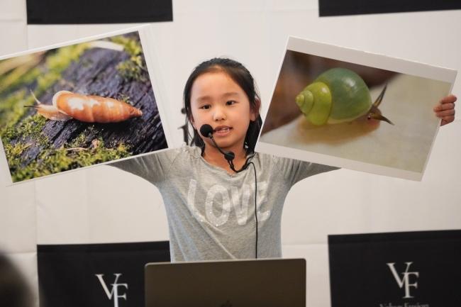 カタツムリを使った世界平和のアイデアをプレゼンテーションする上田 夢さん(小2)