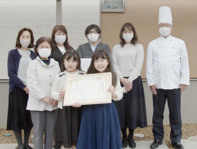準グランプリを受賞した鮏川 蒼さん(前列右から1番目)とご家族、および当社パティシエ