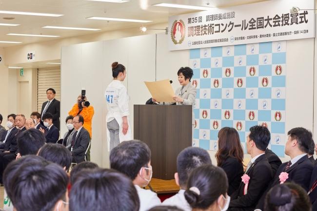 山東昭子参議院議長自ら賞状を授与