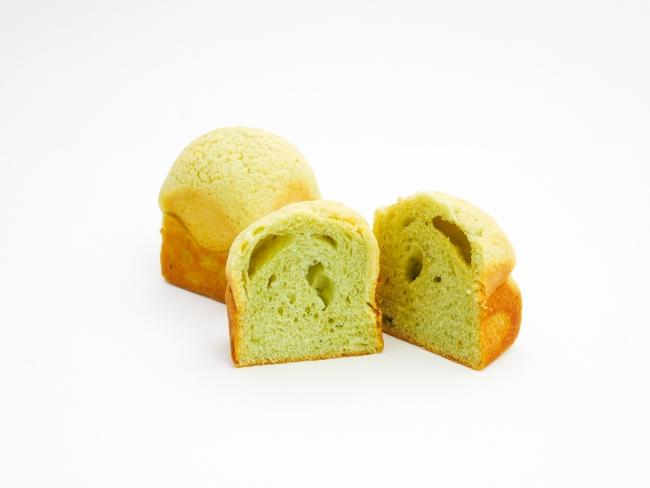 色鮮やかでサクッとしたクッキー生地とふわっと食感のパン生地の絶妙なバランス。どちらもメロン果汁入りで爽やかな味わいに仕上げた『完熟メロン』