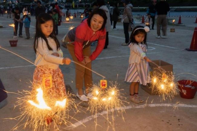 (今年4月29日に愛知県岡崎市で開催された「おもちゃ花火コンテスト2019」 の中のわくわくおもちゃ花火スクールの一コマ ©K.Takeshi)