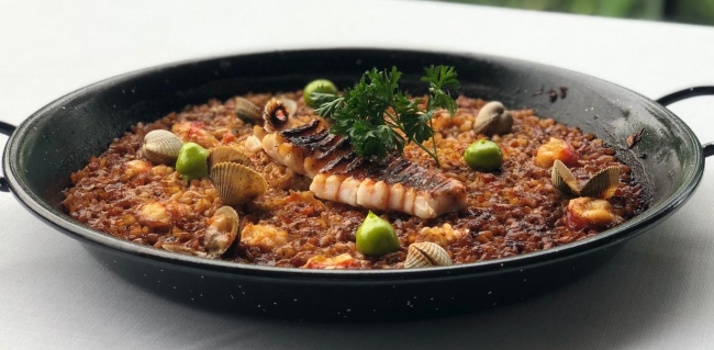 魚介のアロス:サルサビスカイヤ(バスクの伝統的ソース)で炊き上げ、お米一粒一粒に凝縮された旨味を堪能できる一品。