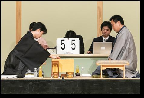 対局中の藤井聡太七段(左)と三浦弘行九段(右)