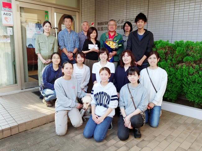 アイメイト協会の職員と記念写真