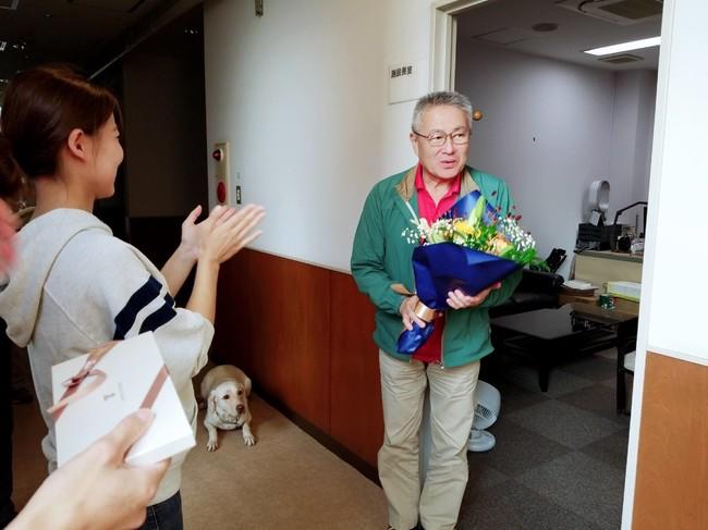 協会職員から花束贈呈