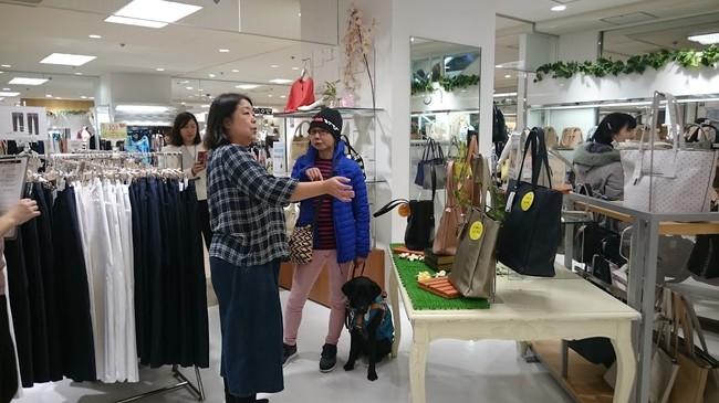 バッグを選ぶアイメイト使用者(丸井錦糸町店)