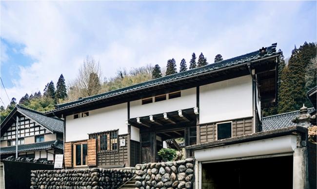外観こそ、  周辺の家屋と変わらない、  普通の民家だが、  築60年の当初と変わらない引き戸を開けると、  古材を利用した落ち着ける空間が広がる。