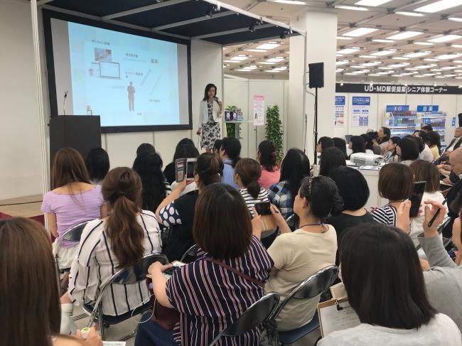 未病予防への効果的なアプローチ」についての講演の様子。聴講者は、美容意識が高く、SNSでの発信力が高いサンプル百貨店会員。