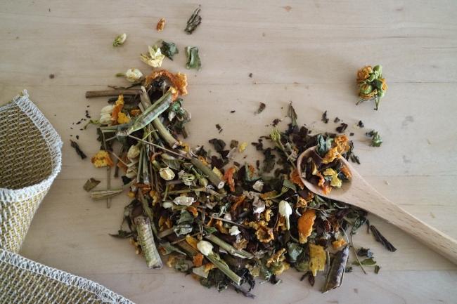 調律の花はぶジャスミンティ。黒豆茶のような風味のハブソウにジャスミンの華やかな香りを立たせました。