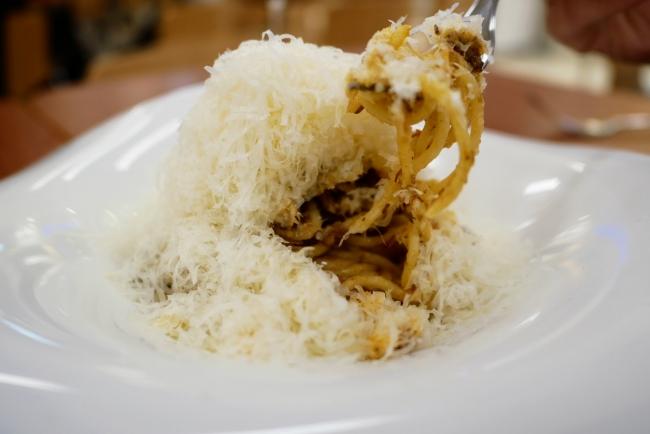 山ようなグラナパダーノチーズをかき分けて食べる人気のトッピング:チーズMAX(税別300円)