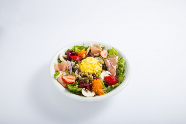 生ハムといちごとふわふわエッグのパワーサラダ