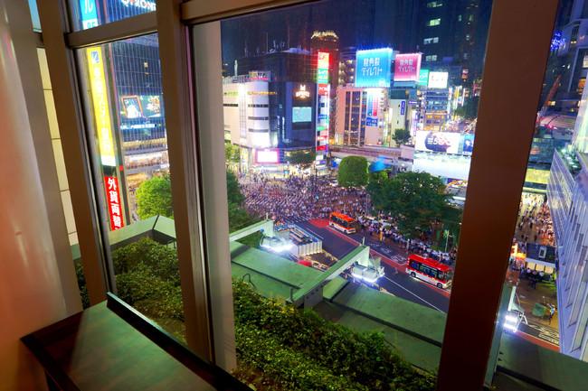 渋谷スクランブル交差点が臨めるカウンター席