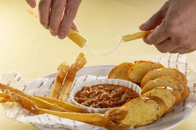 スパイス香る伸び~るチーズの春巻きと鶏肉と豆のカレー