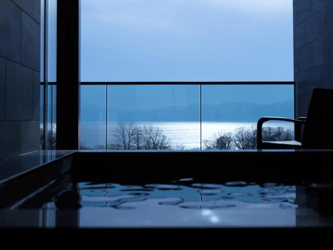 支笏湖を眺めながら優雅な湯浴みを