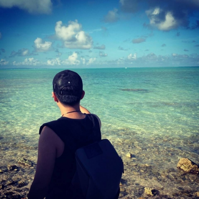 与論島の海を撮影するPHIの代表