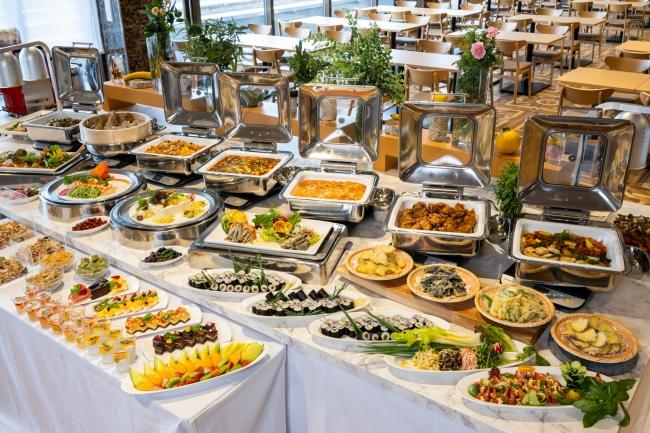 約30種類の夕食ブッフェ(イメージ)