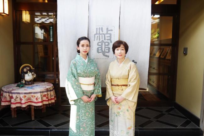 料亭やまさの女将(右)と若女将(左)