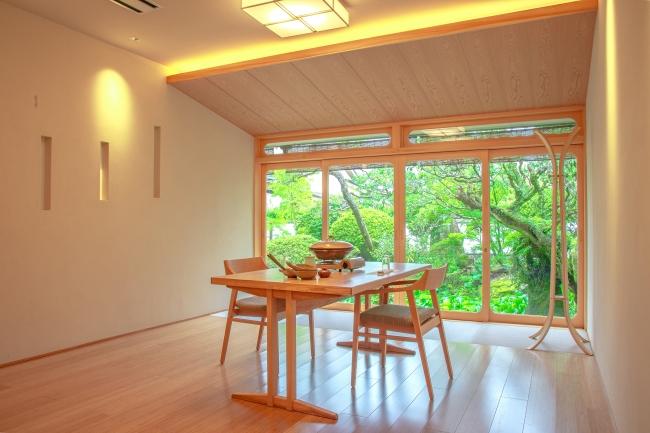 お庭を眺めながらゆっくりと食事をしていただける個室