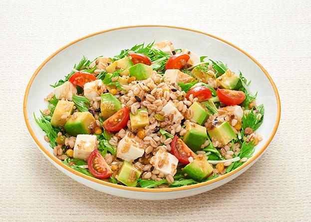 もち麦と豆腐とアボカドのグレインズサラダ