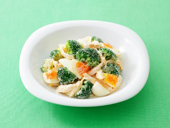 ブロッコリーとゆで卵とチキンのサラダ