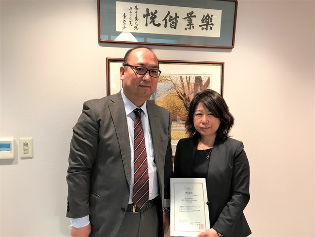 助成証書の授与(北海道で実施) プログラムA助成団体代表の特定非営利活動法人みなぱ代表者(写真右)と キユーピー札幌支店長(写真左)