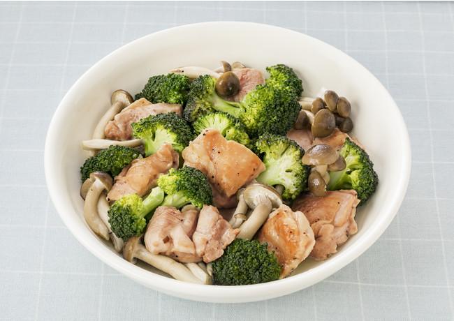 ブロッコリーとぶなしめと鶏もも肉の蒸し煮 (アンチョビー&ガーリック使用)