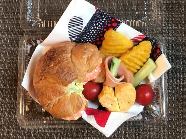【入社19年目女性社員Y.K.】春キャベツのコールスローをパンにはさんでランチBOX風に。普段、生野菜を食べない子どもたちも喜んで食べてくれました!